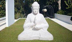 Buddha blanco con lámpara
