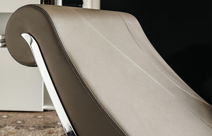 Chaise longue moderna Sylvester Cattelan