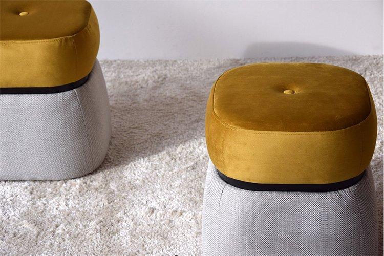 Taburete bajo tapizado dorado y gris