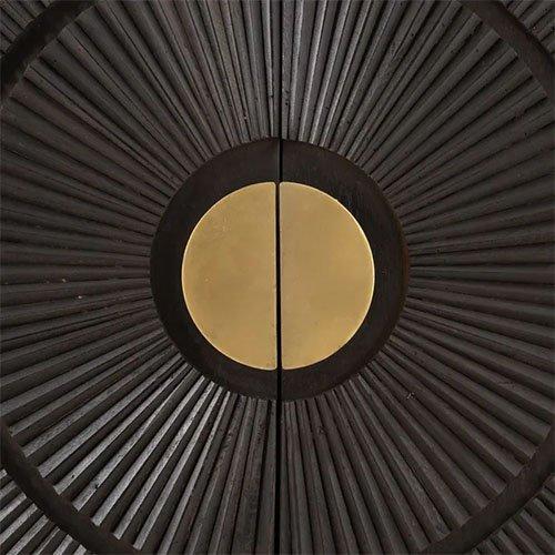 aparador de madera oscura y dorado con estampado circular