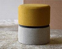 Taburete bajo tapizado mostaza y gris