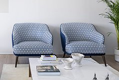 Butaca tapizada azul y geometrica Perugia