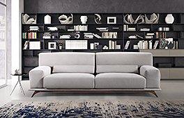 Sofá tapizado con patas de nogal Volum