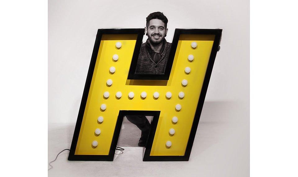 Aplique letra H color amarillo